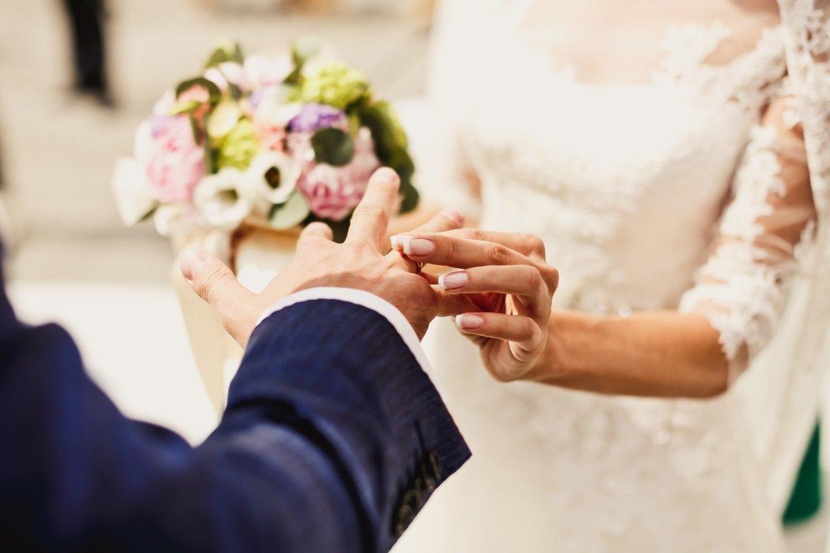 менять ли фамилию при замужестве
