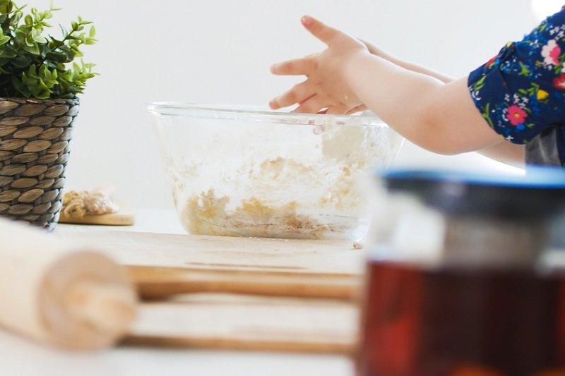 девочка готовит тесто