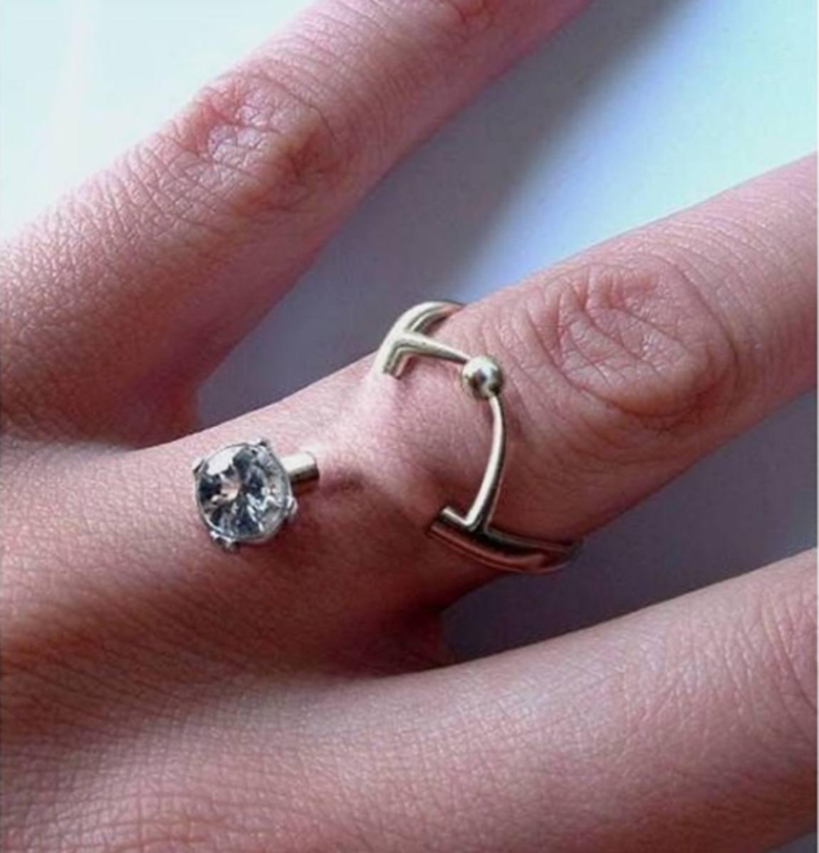 Piercing no dedo - Emais - Estadão