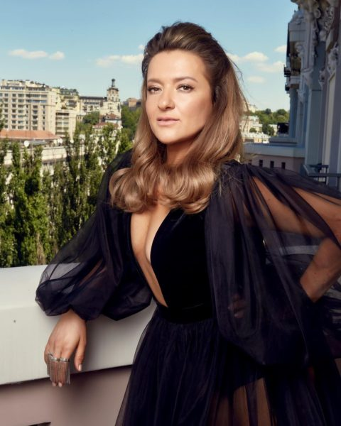Наталя Могилевська в чорному брендовому плаття