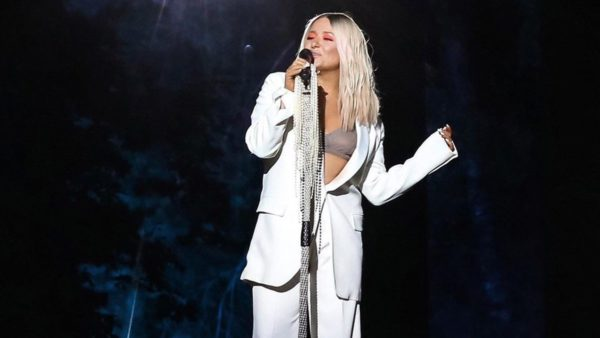 Наталя Могилевська в білому костюмі