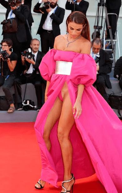 Новый пик моды: платья, которые носят без нижнего белья