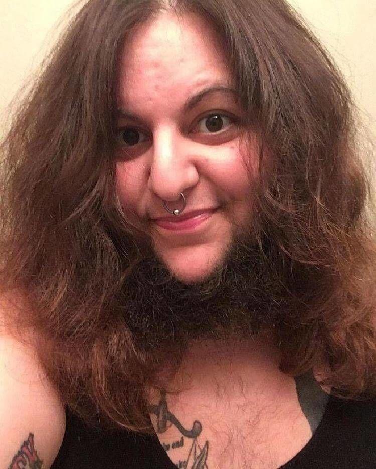Женщины отпускают волосы на подбородке