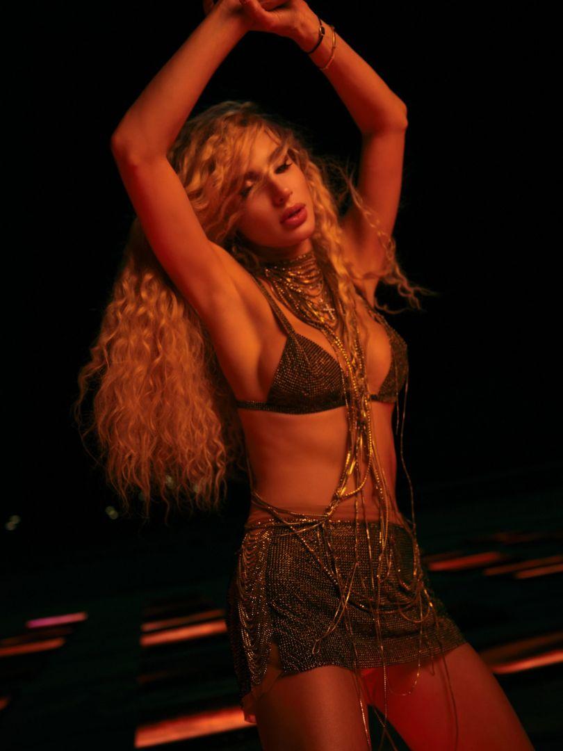 Светлана Лобода танцует в золотом бикини